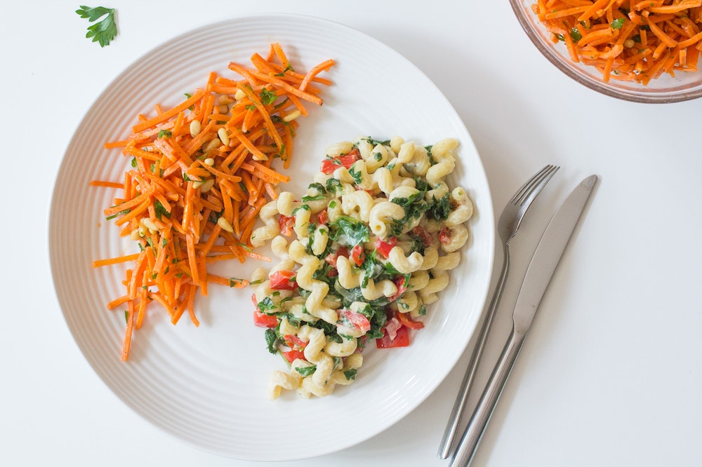 Creamy Hummus Pasta with Spinach and Red Peppers
